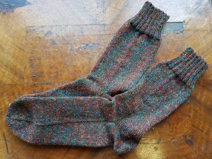 braune Herrensocken mit orange-türkiser Struktur